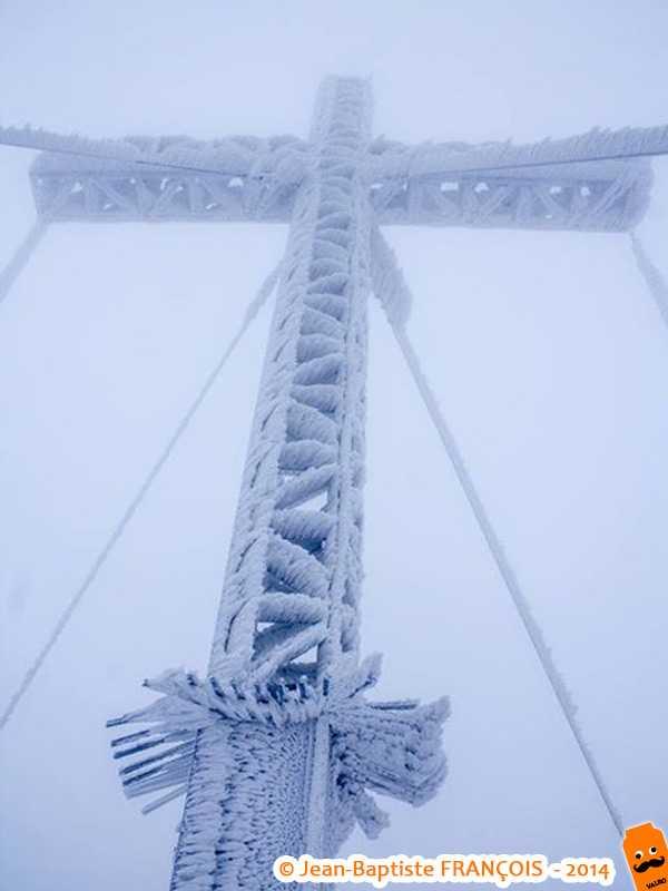 Battue par la tempête de neige, la croix givrée