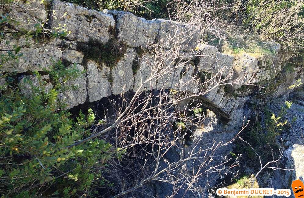 Vestige d'une arche à la cascade