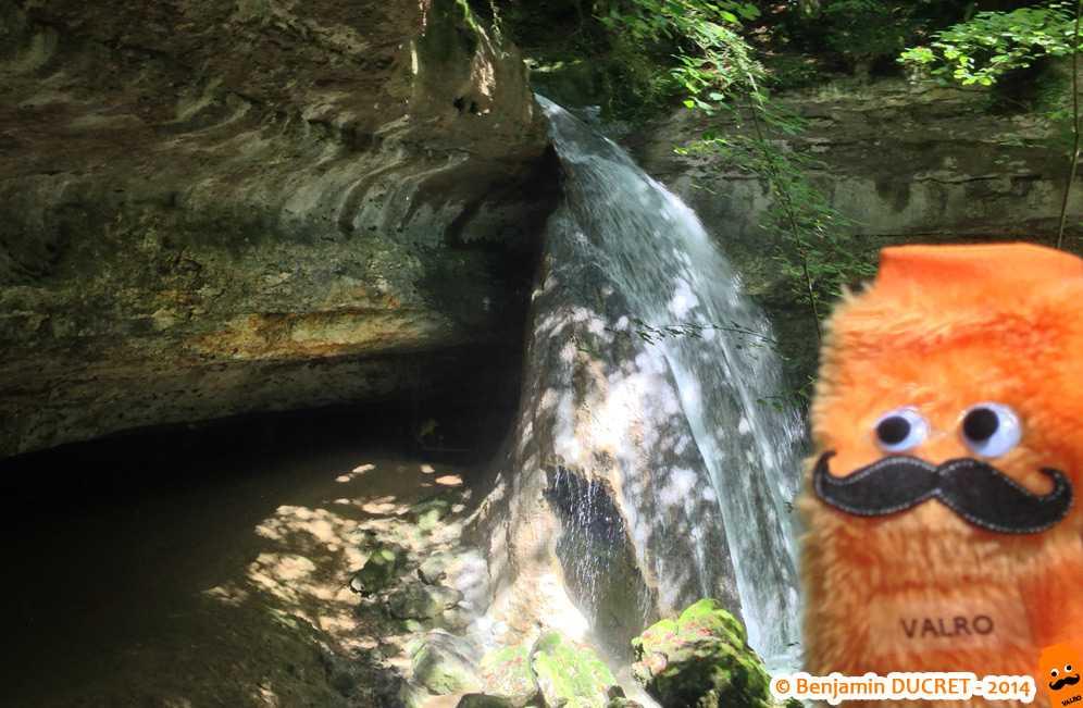 Valro devant la stalagmite